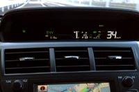 Toyota лишь изменил стандартную панель инструментов Prius, по крайней мере, дисплей, отображающий основную информацию.