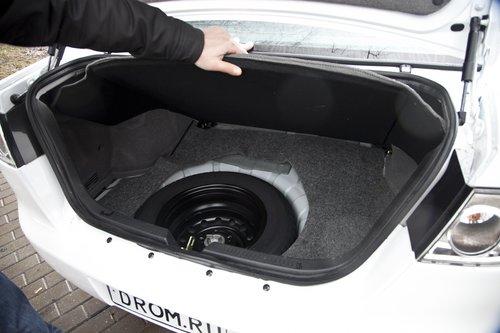 Багажник довольно-таки просторный. Открывается ключом либо кнопкой из салона. Ручки для закрытия на внутренней поверхности крышки нету. Под полом — полноразмерная запаска.