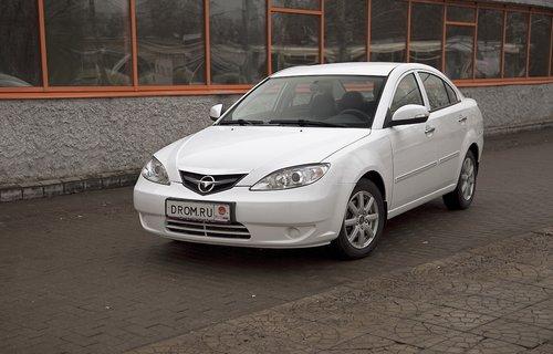 При виде в три четверти спереди машинка и впрямь напоминает старую Мазду3. Даже эмблема китайской компании пытается копировать японскую. А получилось похоже на эмблему УАЗ.
