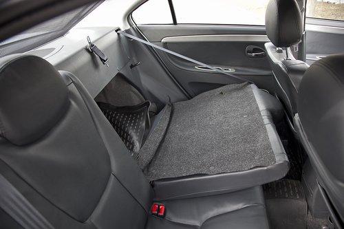 Сзади достаточно комфортно для двоих. Кресла складываются в пропорции 60/40, обнажая кривую обивку с тыльной стороны.