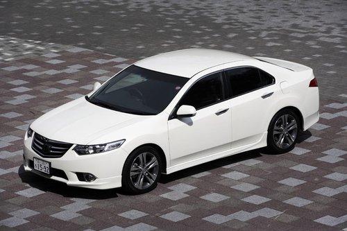 В феврале текущего года модельный ряд Honda Accord дополнился улучшенными и модифицированными версиями Accord «20TL» (2-литровый 4-цилиндровый двигатель) и Accord «Type S» (2.4-литровый 4-цилиндровый двигатель). Комплектация «Type S» оснащена новыми передними фарами, а вместо ламп дальнего света установлены светодиоды. Оригинальной формы поворотники придают автомобилю спортивности и футуристичности.