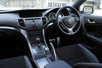 Эксклюзивный салон «Type S» выполнен в черном цвете с добавлением красного. Имеются также спортивные металлические накладки на педали, а переключатель автоматической коробки и руль обиты натуральной кожей.
