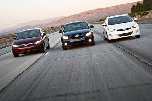 Мы сравнили новый Honda Civic 2012 с двумя ключевыми соперниками в классе экономичных седанов: Chevrolet Cruze 2011 и Hyundai Elantra 2011.