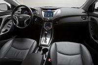 У салона Elantra бесспорно привлекательный дизайн. Дизайнерам Hyundai удалось выкроит несколько полезных ниш для хранения мелочей, которые куда более удачны, чем в Civic.