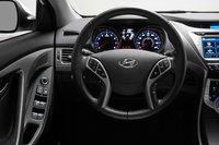 Приборы Elantra просты и понятны. За руль приятно держаться, кнопка запуска двигателя является опцией.