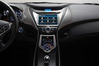 Наверное, какой-нибудь дизайнер Hyundai сейчас счастлив, поскольку его биоморфная центральная консоль используется на серийной модели. Фанаты Apple считают интерфейс аудиосистемы Elantra наиболее приемлемым и понятным на этом тесте, поскольку использует так полюбившиеся им подкасты.