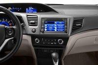 Фабричная система навигации Civic 2012 комплектуется монитором с более высоким разрешением; обновление информации о ситуации на дорогах происходит через FM-приемник (бесплатно), в отличие от системы Elantra, обновляющейся через XM-диапазон (бесплатно только первые три месяца).