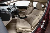 Нашему длинноногому редактору понравилось водительское сидение Civic; остальным — нет, поскольку руль закрывает спидометр.