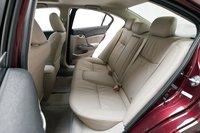 Ровный пол Civic 2012 позволяет втиснуть трех подростков на заднее сидение без особых проблем.
