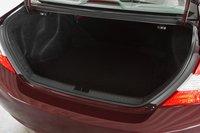 Объем багажника самый маленький в этой группе — 354л. Ручки для складывания заднего сидения расположены удобно.