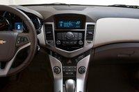 За $23935 навигационной системы вы не получите, зато в вашем распоряжении AM, FM и XM и приятный в обращении интерфейс аудиосистемы. И только у Cruze есть автоматический климат-контроль.