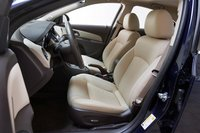 Только у Cruze нижняя часть сидения имеет электрический привод, позволяющий перемещать его в двух направлениях. Пассажирское же регулируется вручную.