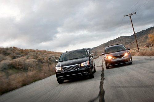 Chrysler Town and Country 2011 буквально «дышит» в спину лидерам, в основном благодаря богатой комплектации.
