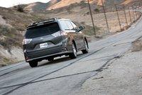 2011 Toyota Sienna SE 2011 нельзя назвать откровенно спортивным, но инженеры прекрасно настроили подвеску, поскольку минивэн кажется покладистым, но не разболтанным.