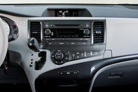Расположение кнопок управления системой климат-контроля и аудиосистемой понятное, хот яна наш взгляд центральная панель слишком широкая. Чтобы дотянуться до регулятора громкости с водительского сидения, приходится тянуться.