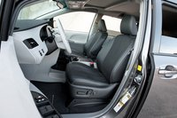 Водительское сидение Toyota Sienna широкое и удобное, можно даже сказать, универсальное.