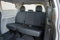 Третий ряд сидений Sienna вместо ткани и кожзама обтянут винилом. Здесь масса места даже для взрослых пассажиров.
