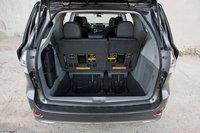Как и у других минивэнов в этом тесте, у Sienna имеется вместительный багажник позади третьего ряда сидений.