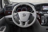Датчики хорошо смотрятся и легко читаются, и нам очень понравилось держаться за рулевое колесо Nissan Quest.