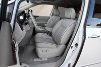 Водительское сидение Nissan Quest SL восхитительно удобно. И контрастный кант. Смотрите, здесь есть контрастный кант.