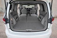 Третий ряд сидений quest складывается вперед, как в SUV, как и кресла второго ряда. Такое решение весьма удобно, хотя негативно сказывается на объеме багажного отделения.