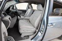 Водительское сидение широкое и достаточно мягкое, здесь будет удобно водителям любого роста.