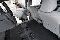 Кресла второго ряда Odyssey можно демонтировать, к тому же, они достаточно легкие, чтобы отнести их в гараж, не надорвав при этом спину.