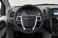Инструментальная панель и кнопки на рулевом колесе слегка перегружены, хотя сам руль хорошо ложится в руку, а если вы выбрали правильный пакет опций, то он может быть еще и с подогревом.