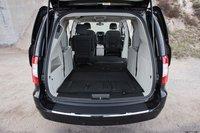 Третий ряд сидений Chrysler полностью убирается в нишу в полу, а вот вытащить их оттуда – задача куда более сложная, чем в случае с другими минивэнами.
