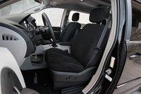 По какой-то неизвестной нам причине, ограниченный ход нижней части передних сидений доставляет больше неудобств длинноногим редакторам в Dodge, нежели в Chrysler.