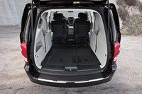 Чтобы научиться быстро складывать третий ряд сидений в любом из минивэнов Chrysler потребуется немало практики и терпения.