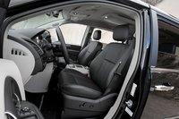Инженерам Chrysler пришлось ограничить ход передних сидений, чтобы уместить второй ряд с системой Stow & Go, что может стать проблемой для длинноногих водителей.