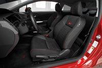 Водительское сидение отлично регулируется и предлагает хорошую поддержку, что в сочетании с телескопической и вертикальной регулировками рулевой колонки обеспечивают идеальную позицию водителю с любыми габаритами.
