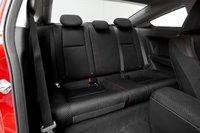 Как и в случае с другими двухдверными пятиместными купе, доступ к задним сидениям Civic Si Coupe затруднен. Высоким пассажирам там будет некомфортно из-за недостатка места над головой.
