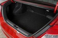 Объем багажника увеличился с 325 до 331 литра, тогда как вместимость топливного бака упала с 50,7 до 49,9л.