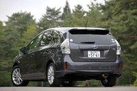 В отличие от передней части автомобиля, полностью копирующей Prius, задняя часть скорее напоминает минивэн Toyota Wish. Формой центральной и двух задних стоек, а также почти вертикальным расположением задней двери Prius Alpha полностью отличается от своего предшественника. По сравнению с Wish эта модель длиннее на 25мм, шире на 30мм, ее колесная база больше на 30мм.