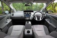 Передний ряд сидений 7-местной модификации. Ручка автоматической КПП характерной для Prius формы располагается сбоку от панели инструментов. Модель оборудована новой панелью управления кондиционером, включающей в себя джойстик и индикатор количества оборотов двигателя. По состоянию на 22 мая Toyota получила 39000 заказов на новый Prius Alpha. Из них 28000 на 5-местную модификацию и 11000 на 7-местную. По словам представителей компании, в течение месяца их завод может выпустить максимум тысячу 7-местных автомобилей, оснащенных литий-ионной батареей. Таким образом, даже при 100% нагрузке для того, чтобы произвести только весь объем заказа от 22мая, потребуется около года.