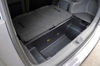 Багажное отделение модификации с третьим рядом сидений. Вместимость отсека, расположенного под подвижной половой перегородкой, составляет 60 л — сюда может поместиться большая сумка. Из-за отсутствия аккумуляторной батареи в нижней части автомобиля объем отсека здесь такой же, как и в 5-местной версии, несмотря на наличие третьего ряда сидений. Вместимость багажного отделения при полностью поднятых сидениях составляет: для 5-местной модели — 535 л, для 7-местной — 200 л.