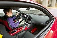 Этот GT оборудован как спортивный болид: четырехточечные ремни безопасности, выключатель зажигания и огнетушитель.