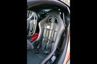 Водительское сидение обеспечивает отличную боковую поддержку, а вот четырехточечные ремни не всегда удобны.