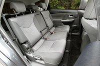 Спинки сидений второго ряда складываются в пропорции 6:4,  максимальный угол наклона составляет 45 градусов. Второй ряд сидений можно двигать как вперед, так и назад в пределах 180 мм.
