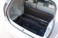 Объем багажного отделения 7-миместной модификации при максимальном количестве пассажиров составляет 200 литров. Опустив спинки третьего ряда сидений, багажник можно увеличить до 505 литров, а убрав второй ряд – до 1035 литров. Под полом автомобиля также располагается отделение для небольшой поклажи.