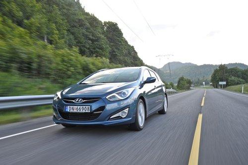 Уже знакомый нам по универсалу Hyundai Sonata передок i40. Остальные его части имеют свой собственный дизайн.