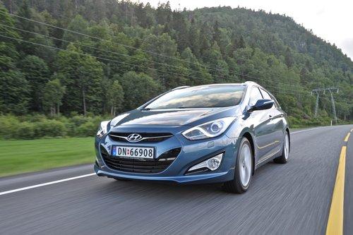 Нам не особенно нравится «морда» Hyundai Sonata, хотя в узнаваемости ей не откажешь.