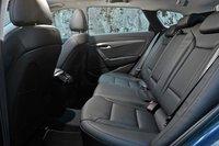 На заднем сидении достаточно места для взрослых пассажиров. Хотя не стоит забывать, что за основу взят все тот же Sonata.