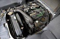 Загадочный «ящик» между водительским и пассажирским сидениями оказался отсеком для двигателя. Подняв большую крышку, можно обслуживать мотор, не выходя из кабины. Это предусмотрено на случай эксплуатации автомобиля в условиях сильного холода, где отморозить можно все что угодно.