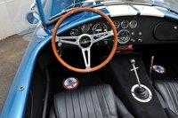 Качество оформления кокпита — на высочайшем уровне. Особенное внимания заслуживают все семь приборов отSmith и рычаг переключения передач, расположенный под особенным углом — детали, которые придают оригинальной модели еще больше сходства соригиналом. Для того чтобы водитель чувствовал себя максимально комфортно, автомобиль оснастили кондиционером, очистителем запотевшего стекла, боковыми шторками безопасности, солнцезащитным козырьком, вещевым ящиком в центральной консоли (непредставлен на фото) и прочими приятными нововведениями.