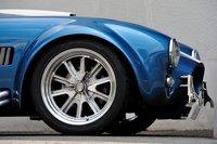 Весит машина меньше тонны — сухая масса Cobra AP Model составляет всего 920кг. Встандартную комплектацию входят 18-дюймовые алюминиевые диски от American Racing. При желании их можно заменить на 14-дюймовые колеса (без изменения общей стоимости). Модель оборудована пружинной подвеской на продольных рычагах.