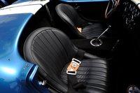 Пол автомобиля отделан ковролином, а сидения выполнены из натуральной кожи. На сидениях отсутствуют подголовники, зато сбоку у каждого имеется рычаг регулировки наклона спинки.