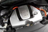 Оранжевый значок означает, что этот 3,5-литровый V6 совмещен с гибридным электромотором, и их суммарная мощность составляет 360 л.с.